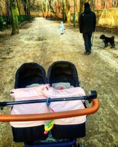 pierwszy spacer z bliźniakami
